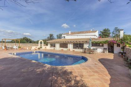 Beautiful menorquin farmhouse with swimming pool just 5 minutes from Maó and tourist permit