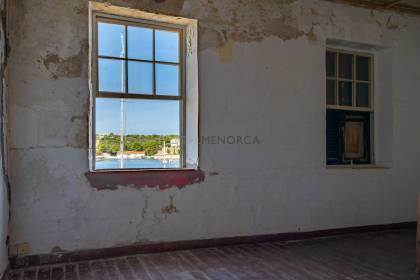 House to renovate right by the shoreline – Mahón Harbour