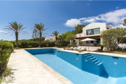 A magnificent 6 bedroom front line villa with stunning sea views.
